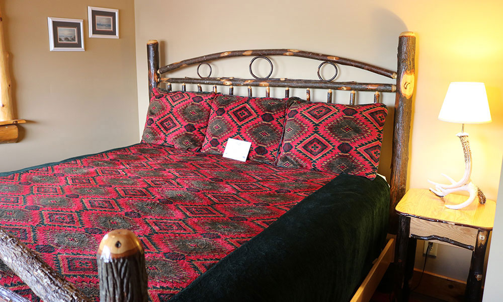 Queen bed room - The Alpine Lodge